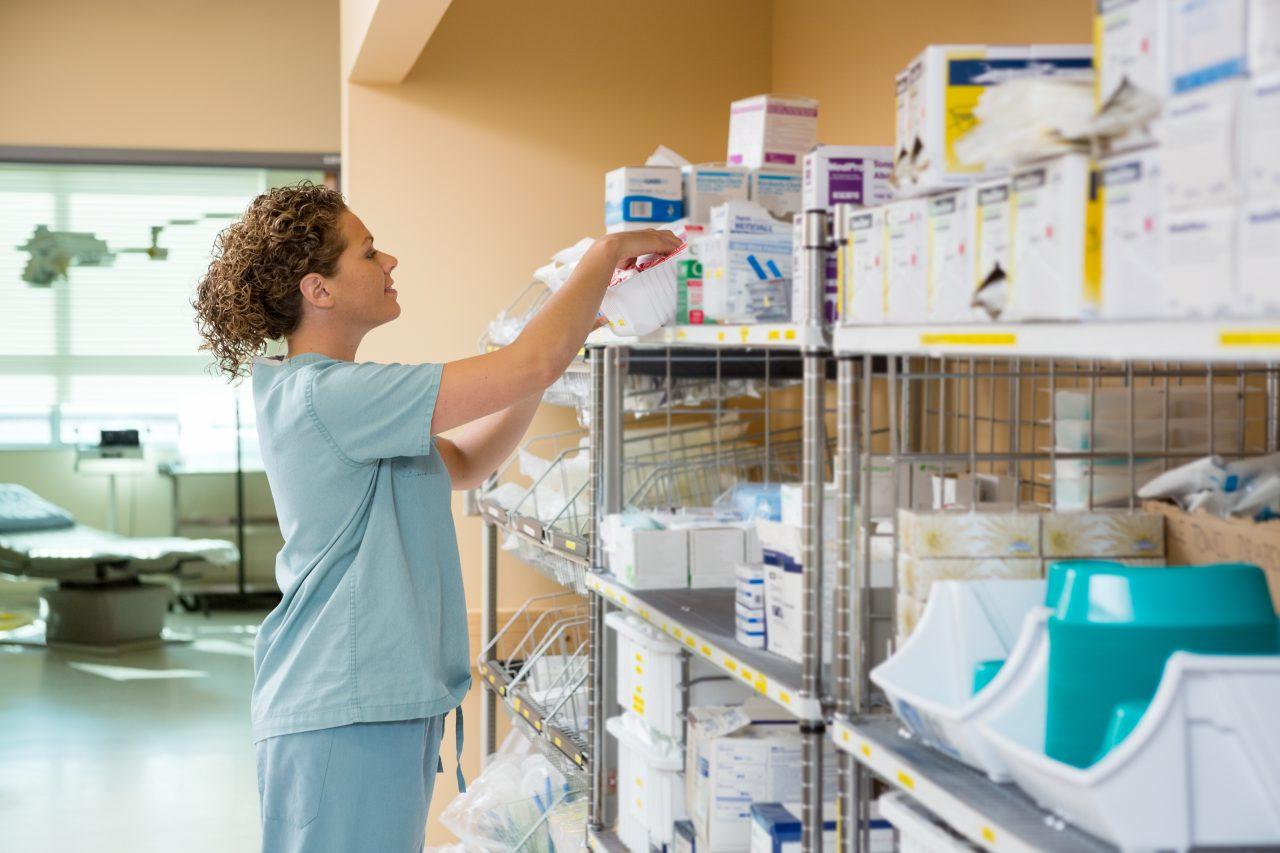 Vrouw in voorraadruimte ziekenhuis